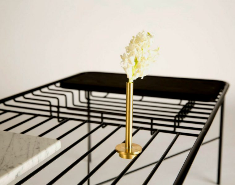 George Riding Unique Wire Coffee Table Allows Integrated Objects | This piece created by Northumbria University graduate George Riding comes with a series of objects that integrate the table in a perfect way. #interiordesign #designobject #homedecor #coffeetable #centertable